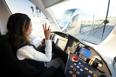 Une conductrice de tramway