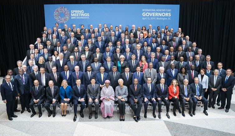 Les gouverneurs du Fonds monétaire international posent pour une photo lors d'une réunion annuelle.